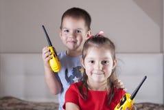 与携带无线电话的儿童游戏 免版税库存照片