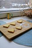 与搽粉的糖画象边的情人节曲奇饼 库存图片