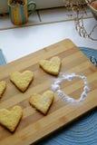 与搽粉的糖画象细节的情人节曲奇饼 库存照片