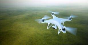 与摄象机飞行的照片白色表面无光泽的普通设计空气寄生虫在天空在地面下 无人居住的绿色 图库摄影