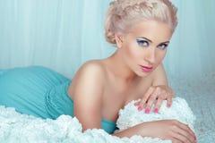 与摆在b的眼睛构成的肉欲的美好的白肤金发的妇女模型 图库摄影