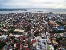 与摩天大楼和地方建筑学的宿雾都市风景 位于中米沙鄢的菲律宾的省 B的海洋 库存照片