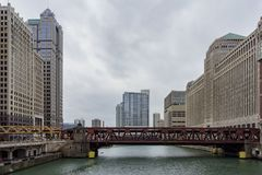 与摩天大楼和芝加哥红色桥梁的下午多云视图  免版税图库摄影