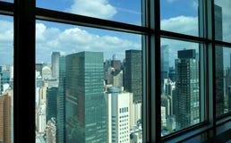 与摩天大楼和蓝天的纽约城曼哈顿中间地区空中全景视图在天 图库摄影