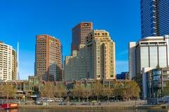 与摩天大楼和豪华旅馆的墨尔本Southbank都市风景 图库摄影