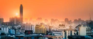 与摩天大楼曼谷的日落都市风景 库存图片