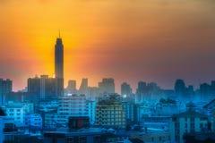 与摩天大楼曼谷的日落都市风景 免版税图库摄影