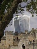 与摩天大楼的伦敦塔 免版税图库摄影
