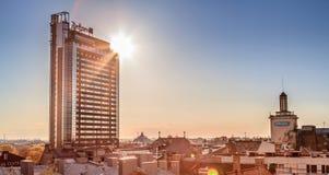 与摩天大楼的城市scape日落的 库存照片