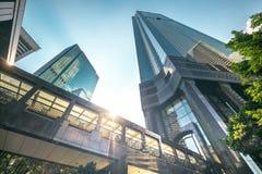 与摩天大楼的未来派都市风景视图日落的 香港 免版税库存图片