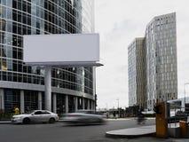 与摩天大楼的空白的白色广告牌背景的 3d翻译 库存图片