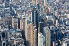 与摩天大楼的纽约曼哈顿鸟瞰图在一个晴天 免版税库存照片