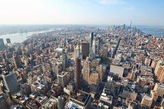 与摩天大楼的纽约曼哈顿鸟瞰图在一个晴天 库存图片