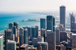 与摩天大楼的芝加哥地平线顶视图从约翰汉考克中心的密执安湖边平地的,美国 图库摄影