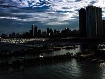 与摩天大楼的芝加哥海湾 库存照片