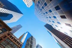 与摩天大楼的街道视图在曼哈顿, NYC 免版税库存图片
