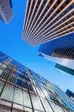 与摩天大楼的街道视图在曼哈顿, NYC 库存图片