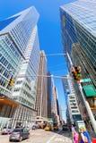 与摩天大楼的街道视图在曼哈顿, NYC 免版税图库摄影