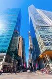 与摩天大楼的街道视图在曼哈顿, NYC 免版税库存照片