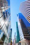 与摩天大楼的街道视图在曼哈顿, NYC 库存照片