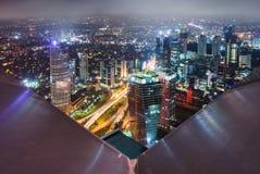 与摩天大楼的都市密度在晚上 库存照片