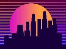 与摩天大楼的都市风景仿照20世纪80年代样式 减速火箭的未来主义 城市日落 光在窗口里 ?? 皇族释放例证