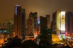 与摩天大楼的都市风景在九龙,香港,在晚上 免版税库存图片