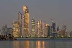 与摩天大楼的阿布扎比海景在背景中晚上 免版税图库摄影