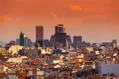 与摩天大楼的马德里地平线日落的 库存图片