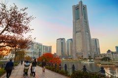 与摩天大楼的Minatomirai地区晚上附近的横滨口岸的 免版税库存图片