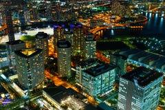 与摩天大楼的Minatomirai地区晚上附近的横滨口岸的 图库摄影