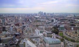 与摩天大楼,办公室,泰晤士,铁路的伦敦空中都市风景 免版税库存照片