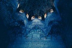 与摩尔人阿拉伯origi复杂雕刻的细节的天花板  库存照片
