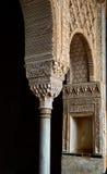 与摩尔式的装饰品的曲拱在16世纪城堡 阿尔汉布拉格拉纳达西班牙 库存图片