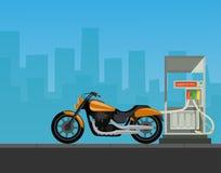 与摩托车的加油站在城市背景中 库存图片