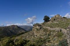 与撒丁岛nuraghe的山横向 免版税库存图片