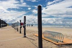与操刀和停放的波罗的海海滩自行车的 库存照片