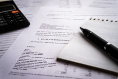 与收支和费用,事务的会计概念细节名单的收入报告 免版税库存图片
