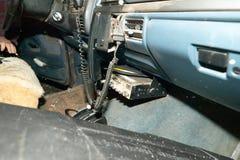 与收音机的老寻找的4x4车内部 库存图片