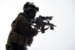 与攻击步枪的防御者生火 库存照片