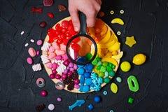 与放大器的五颜六色的彩虹颜色棒棒糖 免版税库存照片