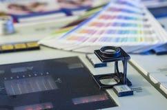 与放大镜和颜色样片的颜色管理 免版税库存照片