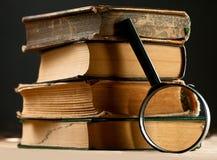 与放大镜的书 免版税图库摄影