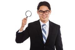 与放大镜的亚洲商人 免版税库存照片