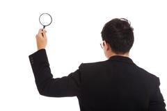 与放大镜的亚洲商人 免版税库存图片