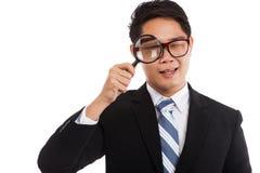 与放大镜的亚洲商人 库存图片