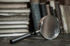 与放大镜的古色古香的书 库存照片