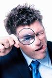 与放大镜的商人 免版税图库摄影