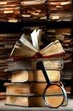 与放大镜的旧书 免版税库存图片