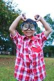 年轻与放大镜的男孩探索的自然 户外 免版税库存图片